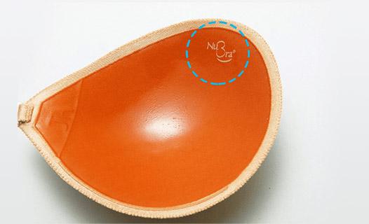 ヌーブラ正規品には粘着面に必ずロゴの印字がされています。